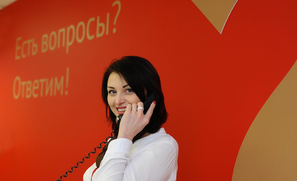 Оператор МФЦ с телефонной трубкой в руке